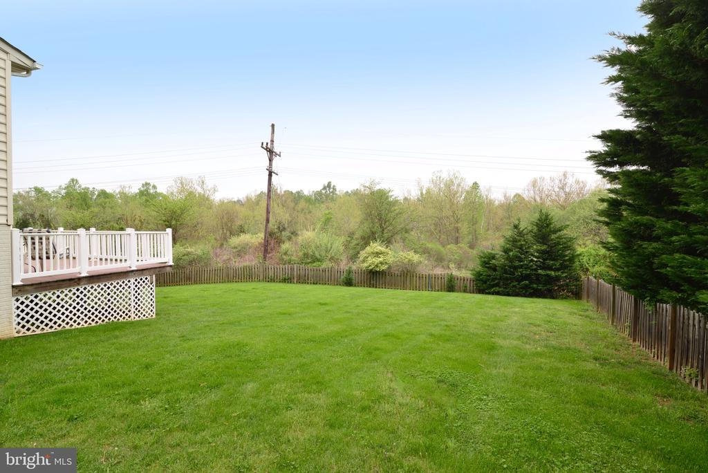 Fully fenced rear yard! - 1517 BROOKDALE CT, WINCHESTER