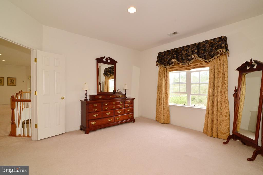 Spacious with sitting area! - 1517 BROOKDALE CT, WINCHESTER