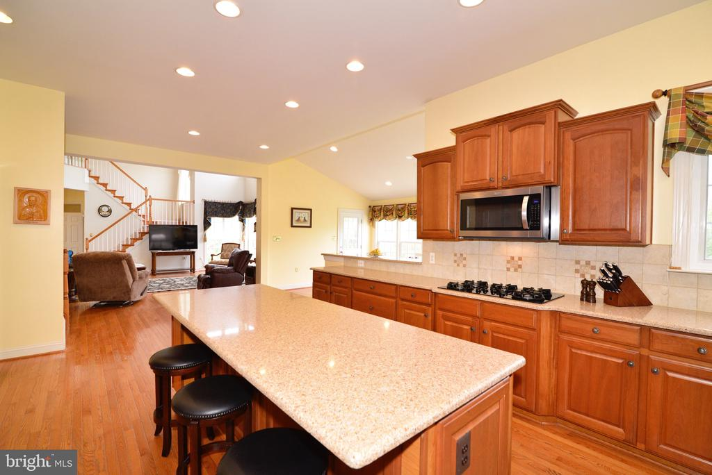 Island with seating! - 1517 BROOKDALE CT, WINCHESTER