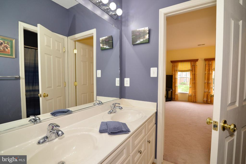 Private bath in guest bed #3 - 1517 BROOKDALE CT, WINCHESTER