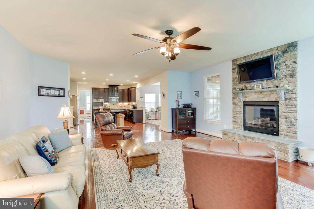 Family room opens to kitchen - 42212 MADTURKEY RUN PL, CHANTILLY