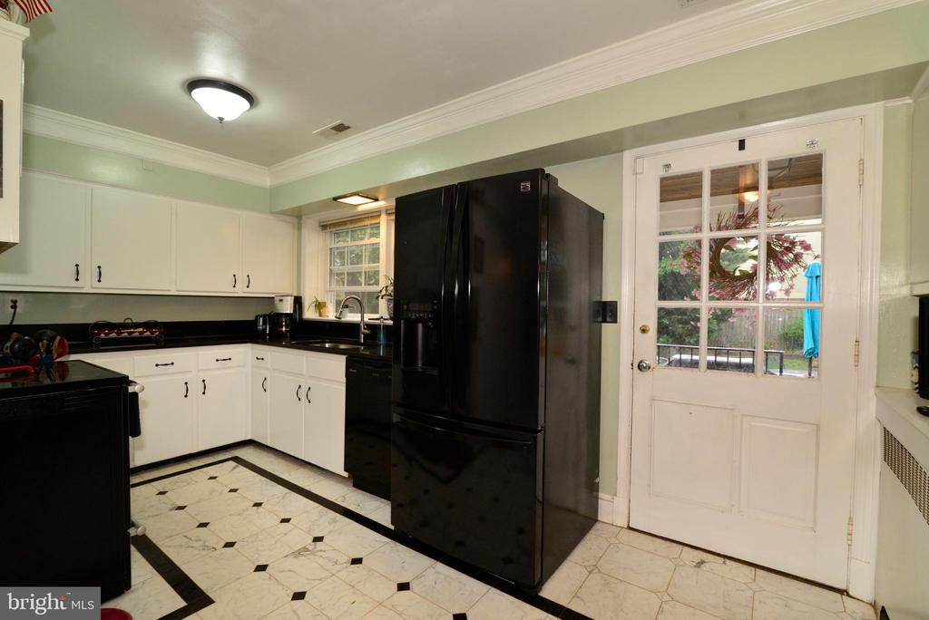 KITCHEN WITH MARBLE FLOORS - 604 W MARKET ST, LEESBURG