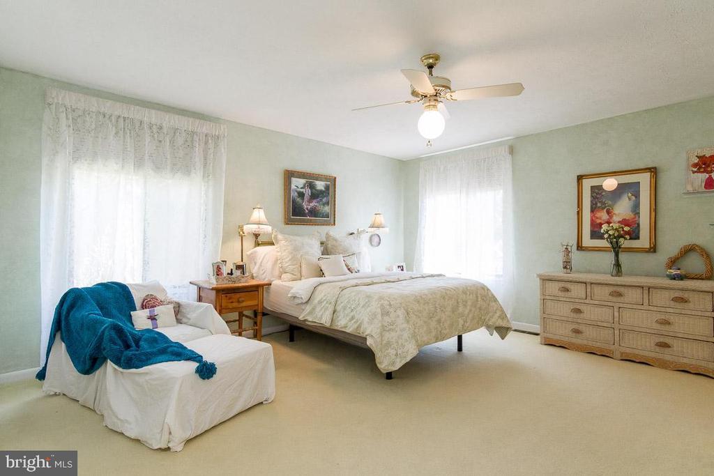 Sunny King Size Master bedroom 15'3