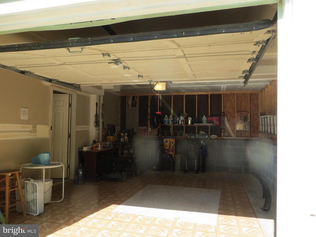 Garage entry into lower level - 4021 LAKEVIEW PKWY, LOCUST GROVE