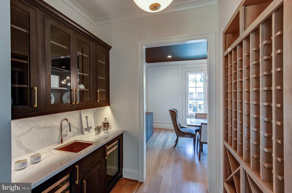 Butler's Pantry with custom wine storage - 1422 HERNDON ST N, ARLINGTON