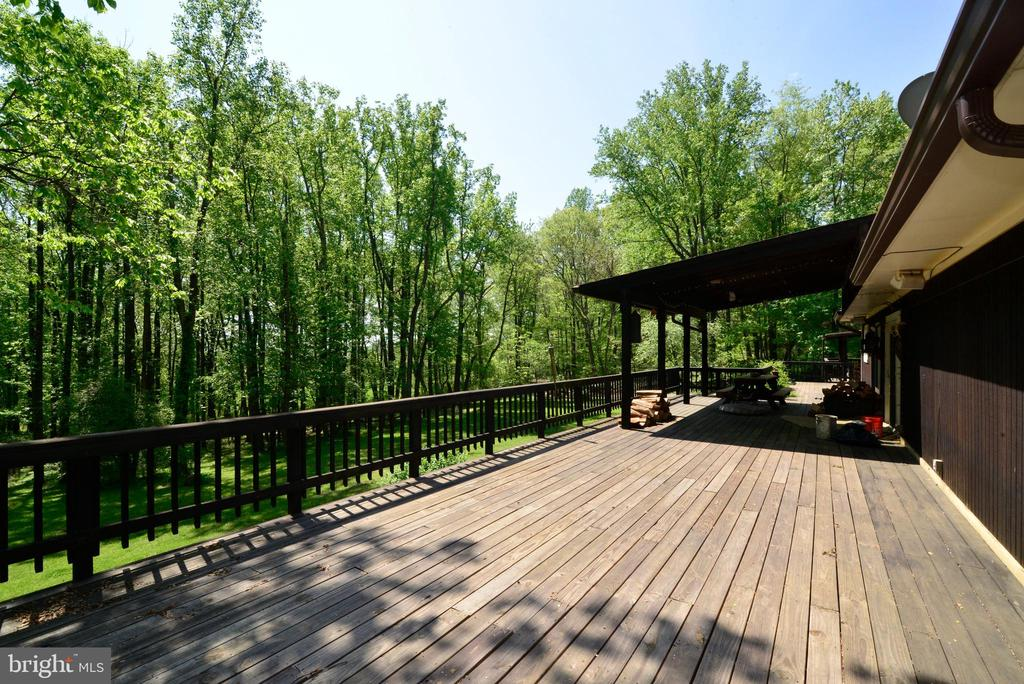 GREAT DECK FOR LARGE GATHERINGS - 37730 LONG LN, LOVETTSVILLE