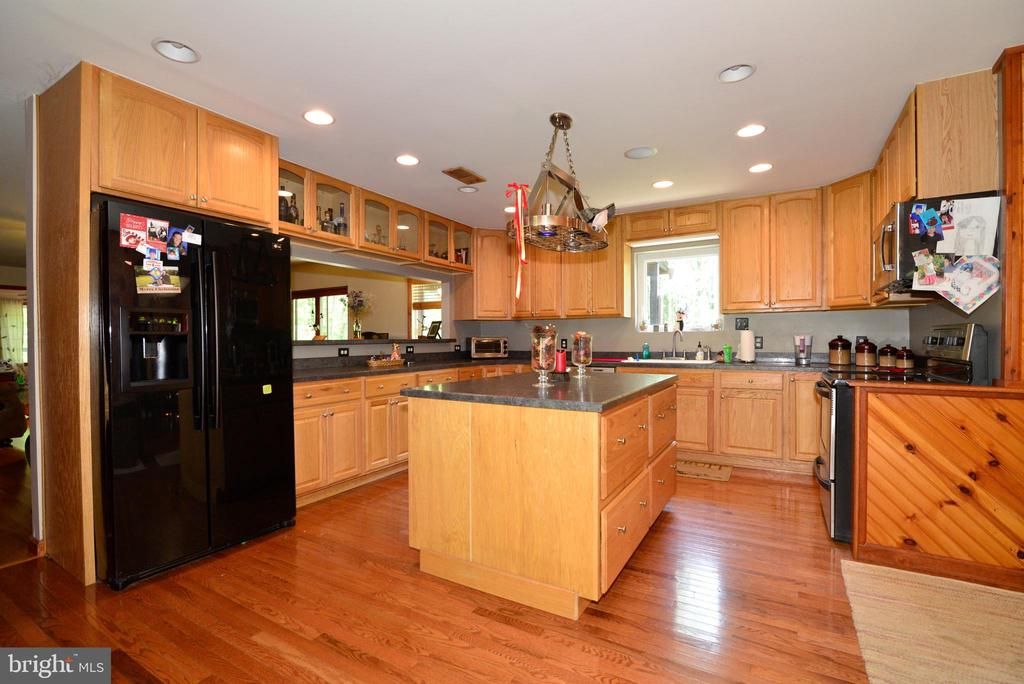 KITCHEN WITH GRANITE COUNTERS - 37730 LONG LN, LOVETTSVILLE