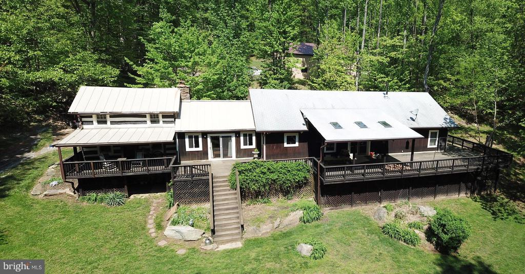 PRIVATELY SET ON 3-ACRES - 37730 LONG LN, LOVETTSVILLE