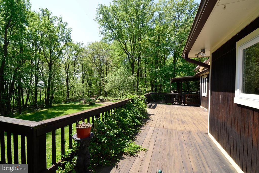 THE WRAP-AROUND DECK IS SPECTACULAR - 37730 LONG LN, LOVETTSVILLE