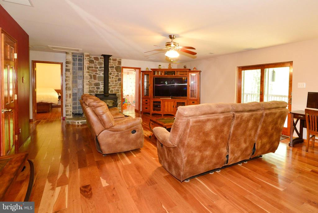WOOD STOVE HEATS UP THE LIVING ROOM & THEN SOME - 37730 LONG LN, LOVETTSVILLE