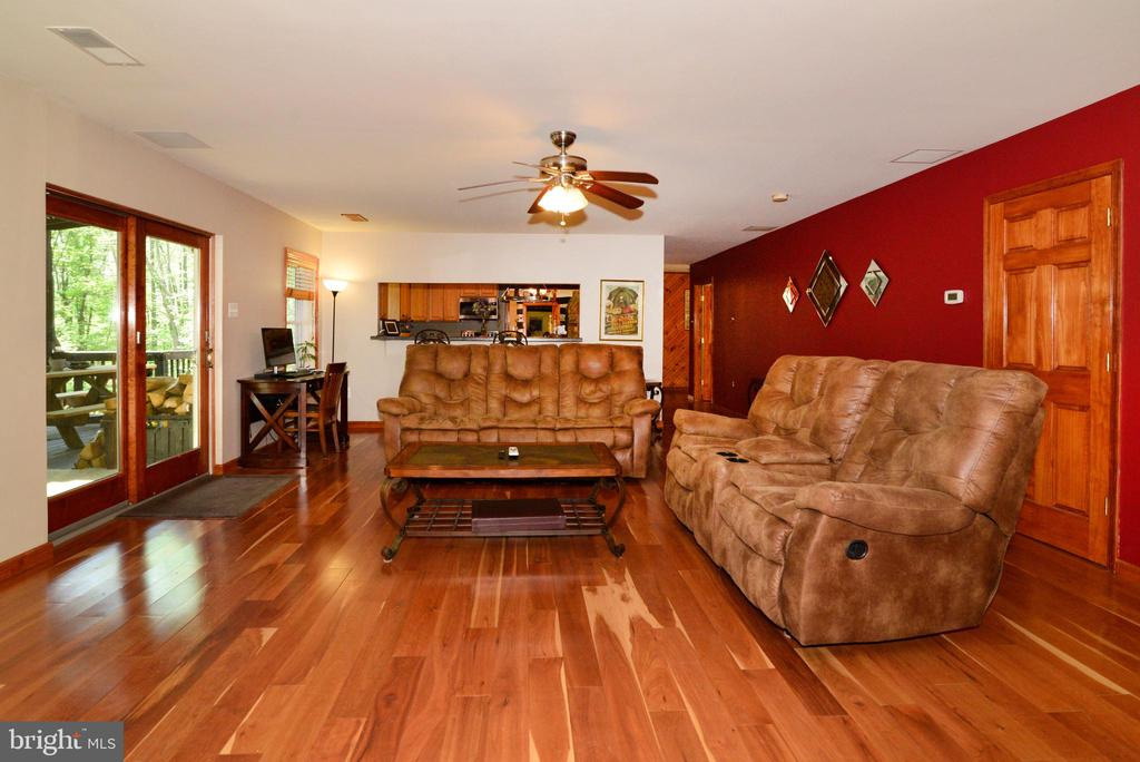 LIVING ROOM WITH WOOD FLOORS - 37730 LONG LN, LOVETTSVILLE