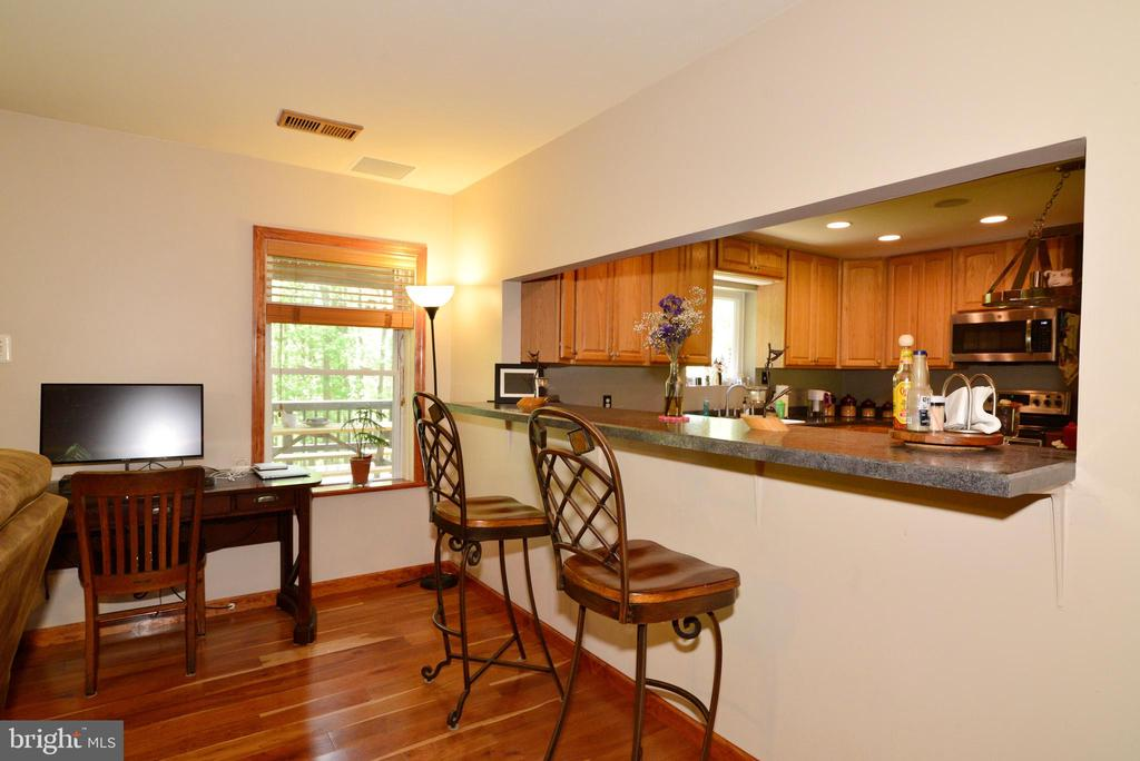 KITCHEN BREAKFAST BAR - 37730 LONG LN, LOVETTSVILLE