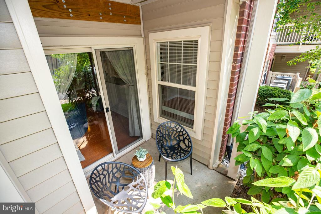 PEACEFUL OUTDOOR  PATIO OFF LIVING ROOM - 1714 ABERCROMBY CT #B, RESTON