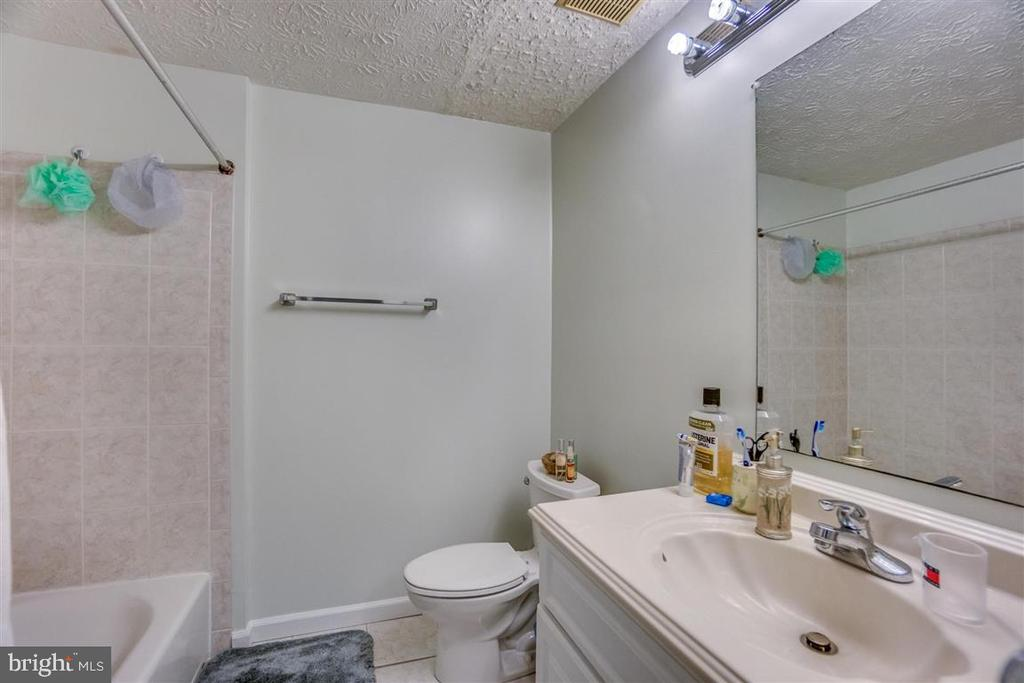 Hall bathroom - 7926 TYSON OAKS CIR, VIENNA