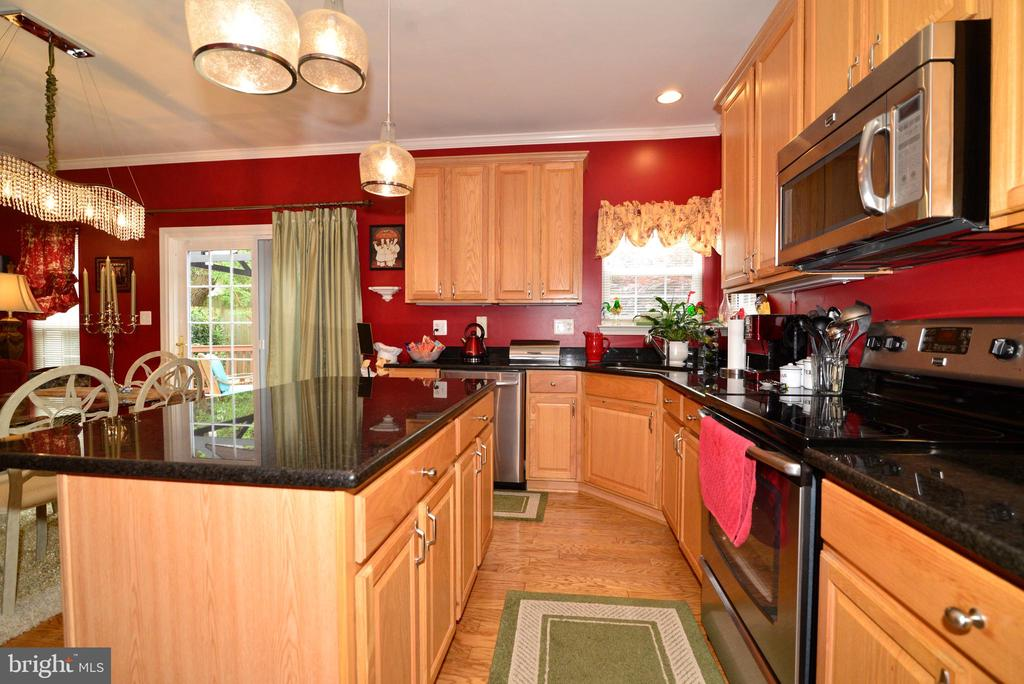 Gleaming kitchen with Granite - 607 NATHAN PL NE, LEESBURG