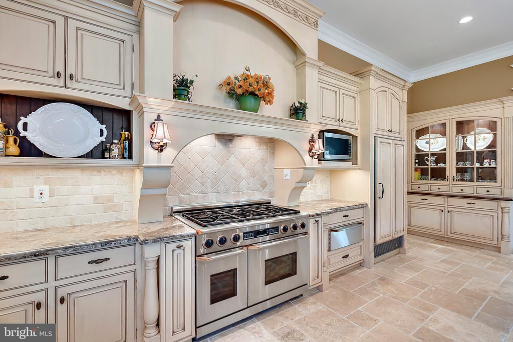 Kitchen with Dacor 6 burner range - 12410 COVE LN, HUME