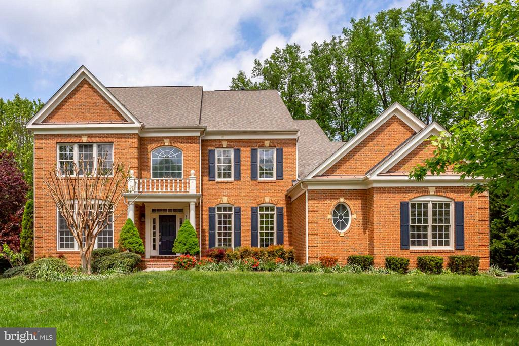 Welcome  to this beautiful Colonial Home. - 11692 CARIS GLENNE DR, HERNDON