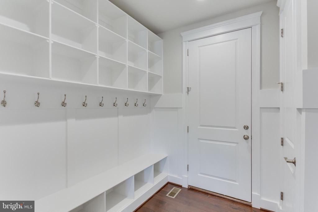 Mudroom with built-in cubbies - 102 TAPAWINGO RD SW, VIENNA