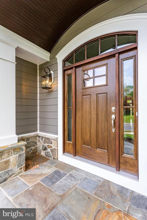 Front entry - 102 TAPAWINGO RD SW, VIENNA
