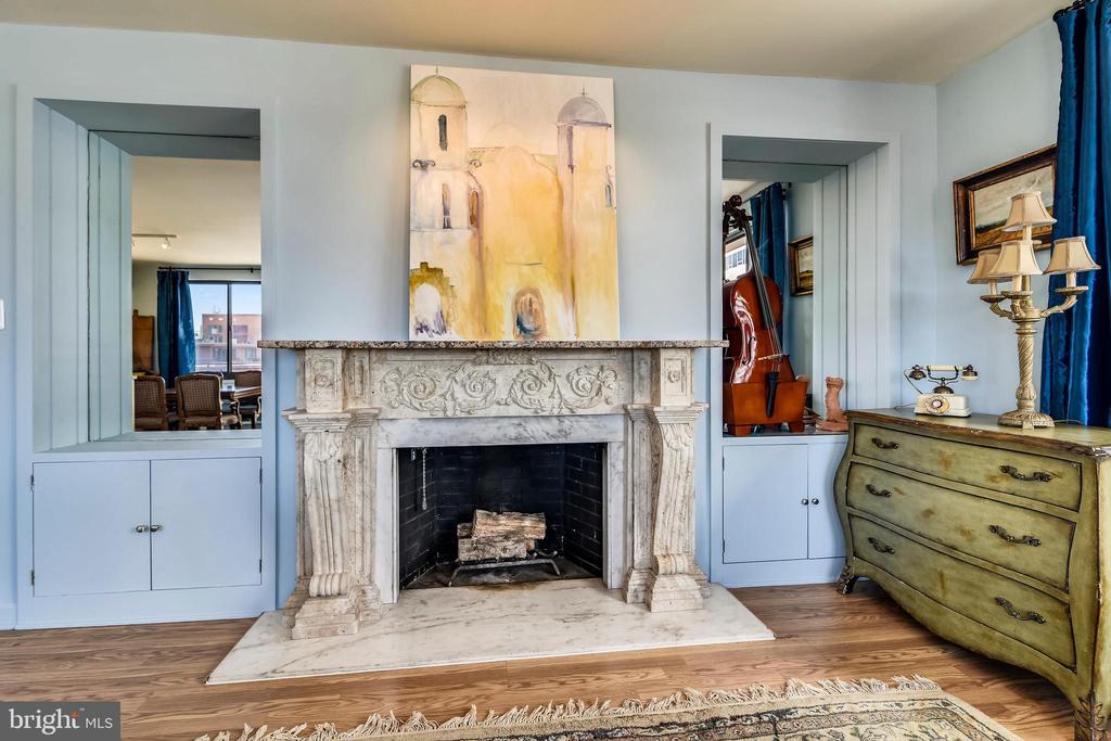 Living Room Wood Burning Fireplace - 1121 ARLINGTON BLVD #1006, ARLINGTON
