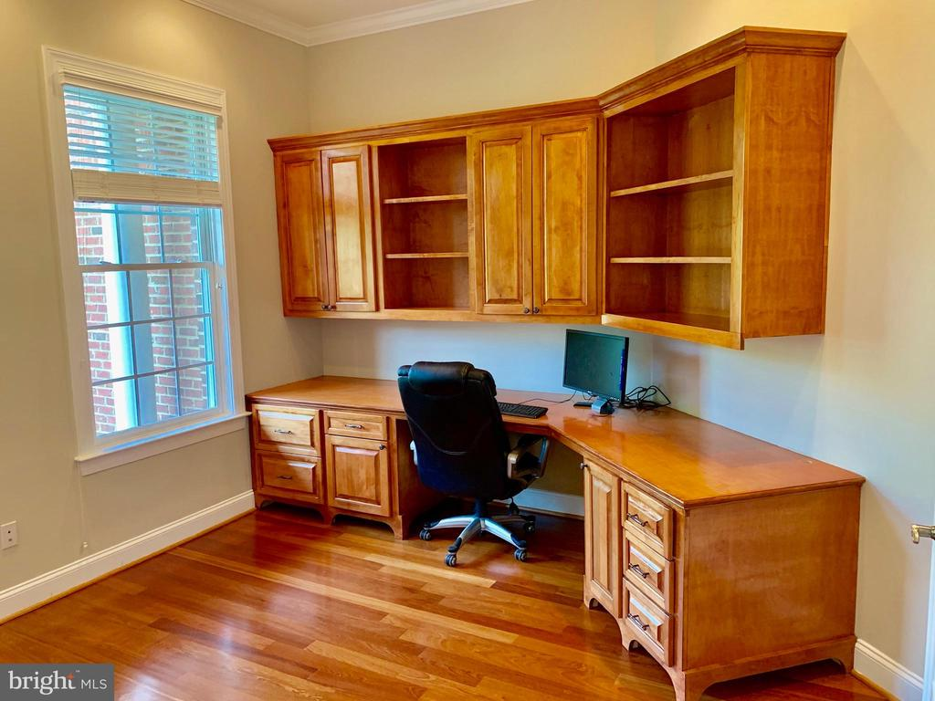Built in desk in Office - 12775 YATES FORD RD, CLIFTON