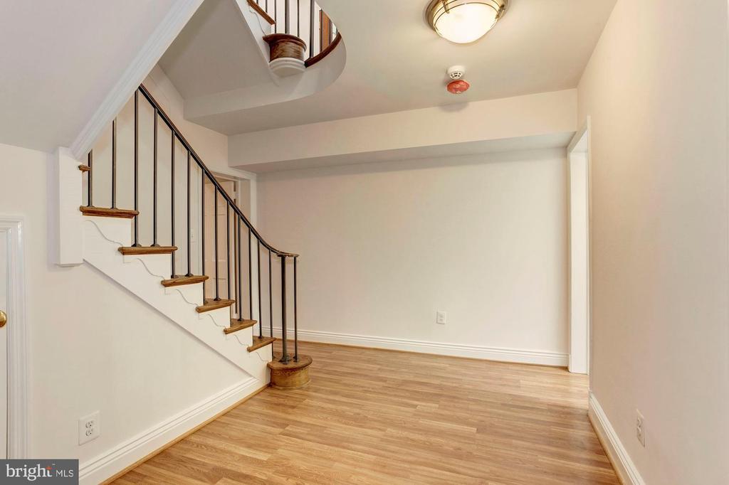 Lower level foyer - 3115 NORMANSTONE TER NW, WASHINGTON