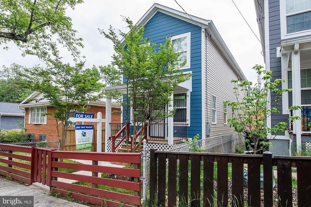 Excellent Curb Appeal! - 4521 CLAY ST NE, WASHINGTON
