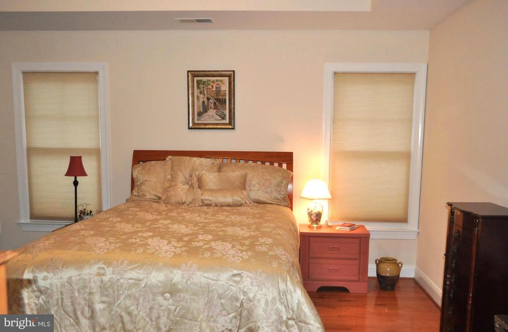 Master with queen size bed. - 1503 S OAKLAND ST, ARLINGTON