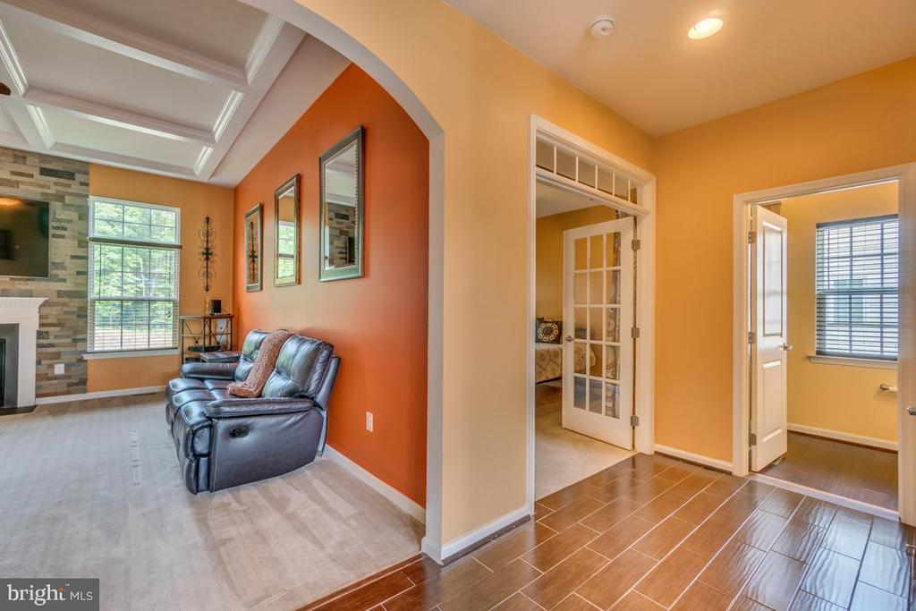Entryways for main level bedroom & full bath - 31 LIBERTY KNOLLS DR, STAFFORD