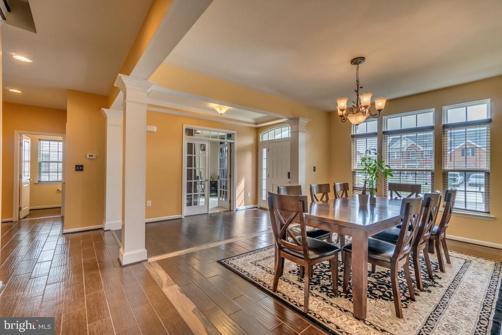 Tall ceilings & wide-plank hardwood floors - 31 LIBERTY KNOLLS DR, STAFFORD