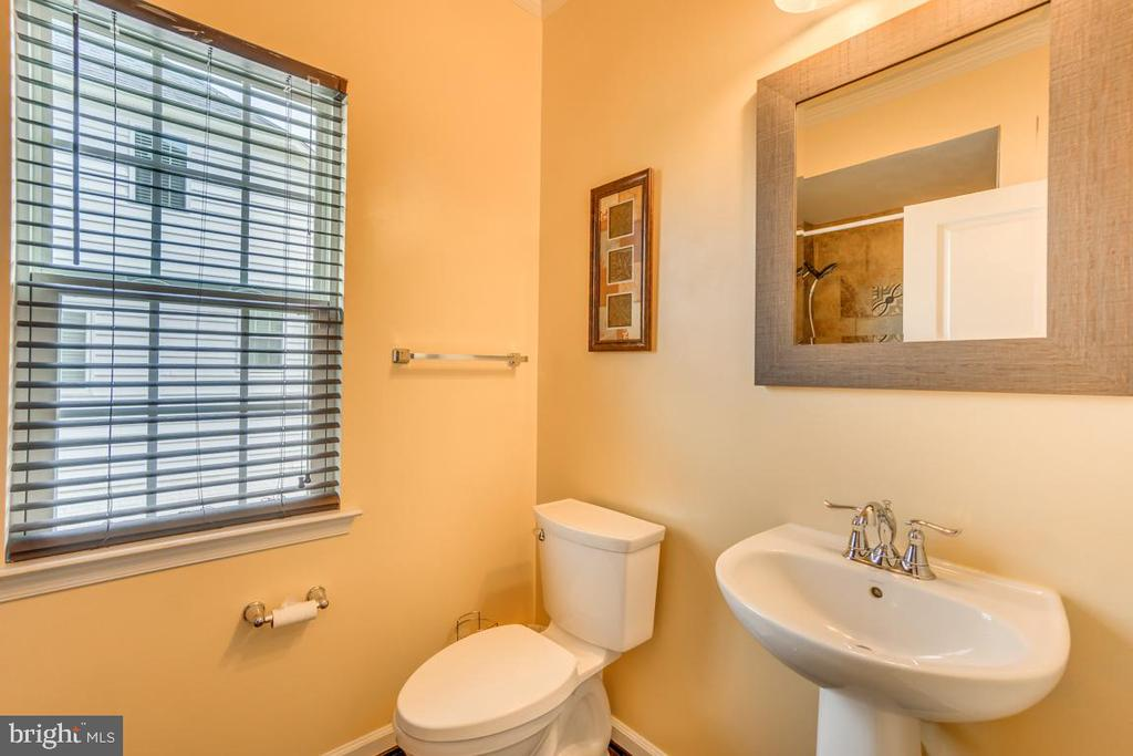 Main level full bath (shower not pictured) - 31 LIBERTY KNOLLS DR, STAFFORD