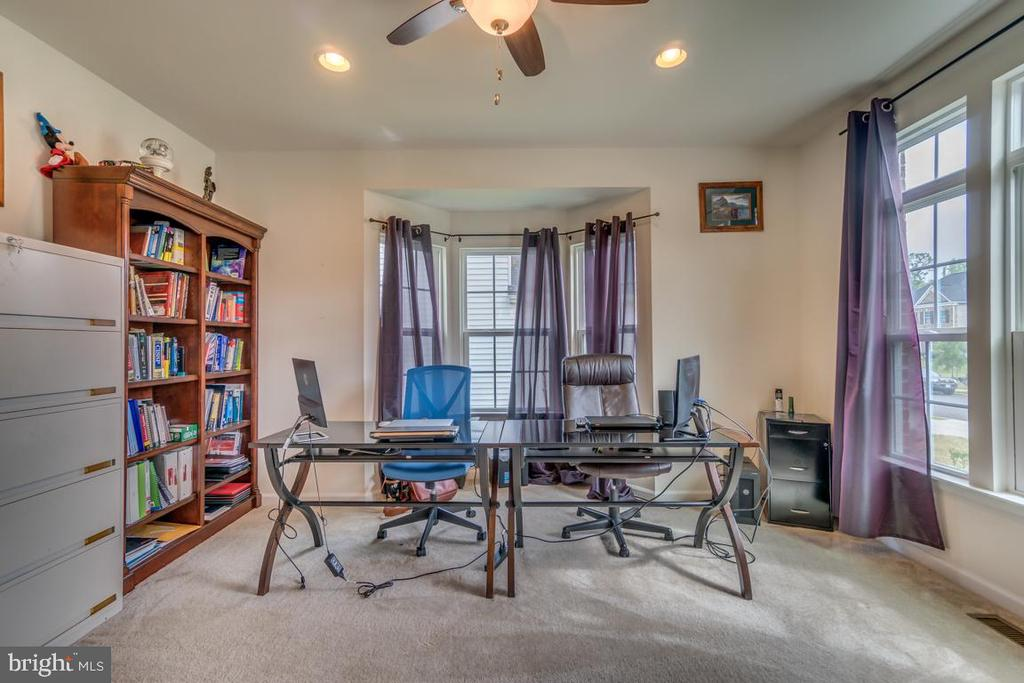 Dedicated home office off main foyer - 31 LIBERTY KNOLLS DR, STAFFORD