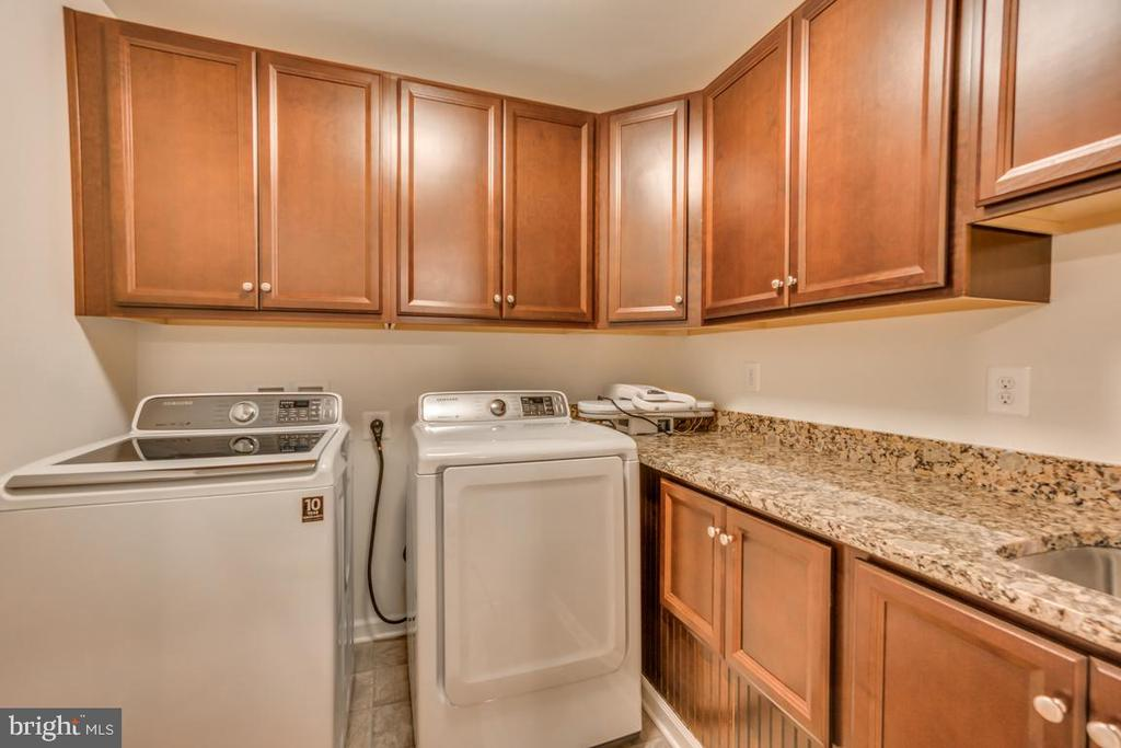 Amazing laundry room on upper/bedroom level! - 31 LIBERTY KNOLLS DR, STAFFORD