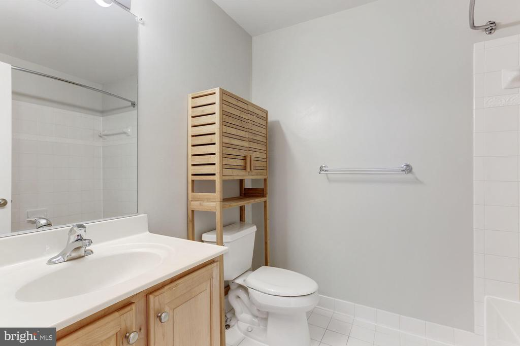 3rd Floor Hall Bathroom - 47831 SCOTSBOROUGH SQ, STERLING