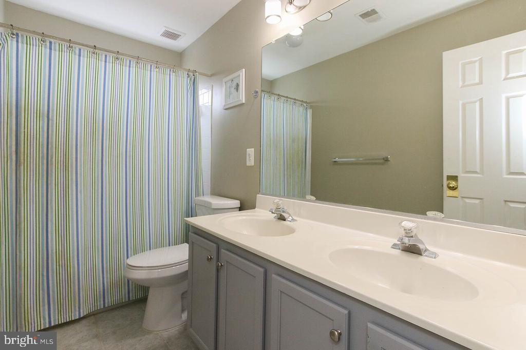Upper level hall bath with dual sinks - 47745 ALLEGHENY CIR, STERLING