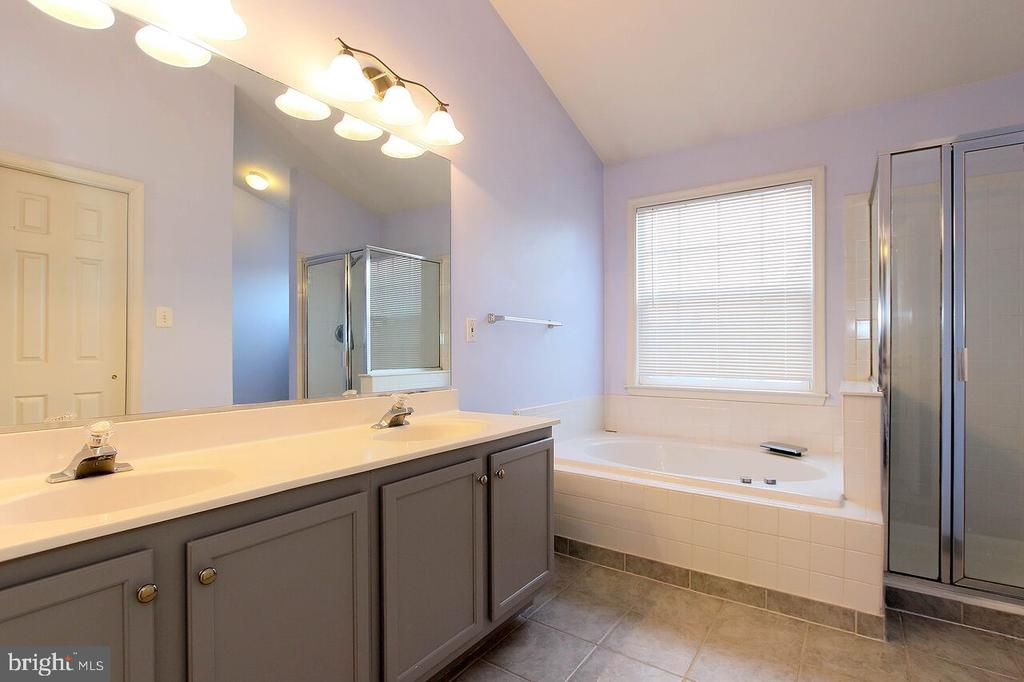 Master bath with upgraded tile, soaking tub - 47745 ALLEGHENY CIR, STERLING