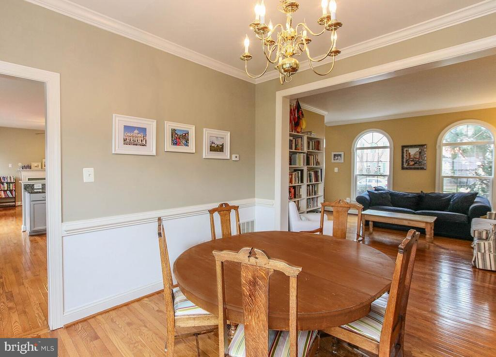 Formal dining room w/chair rail, crown molding - 47745 ALLEGHENY CIR, STERLING