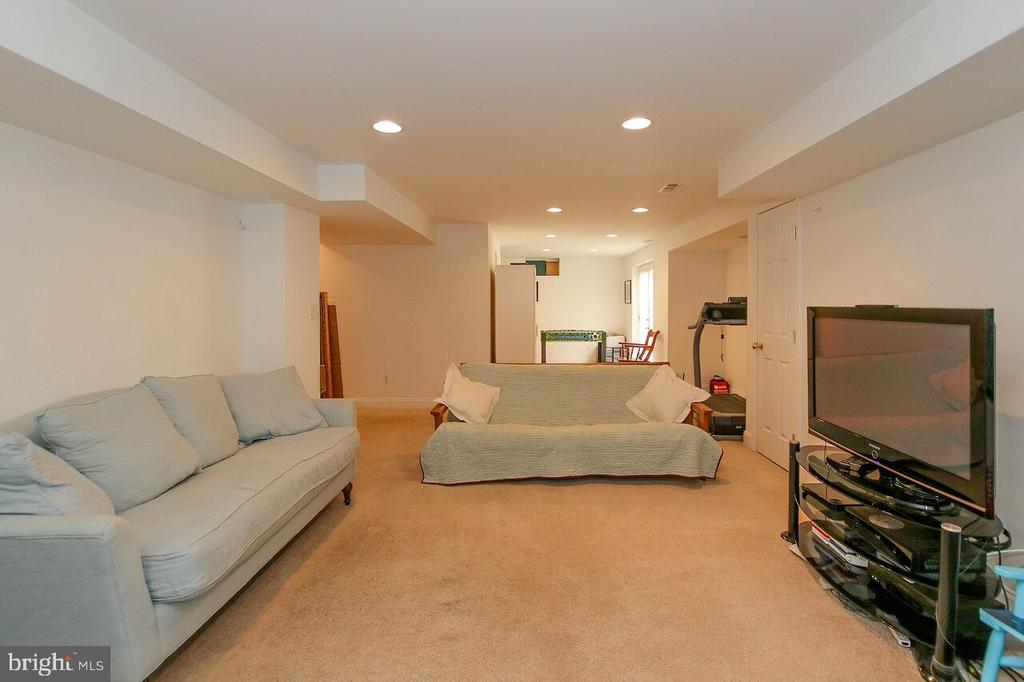 Large lower level recreation room - 47745 ALLEGHENY CIR, STERLING