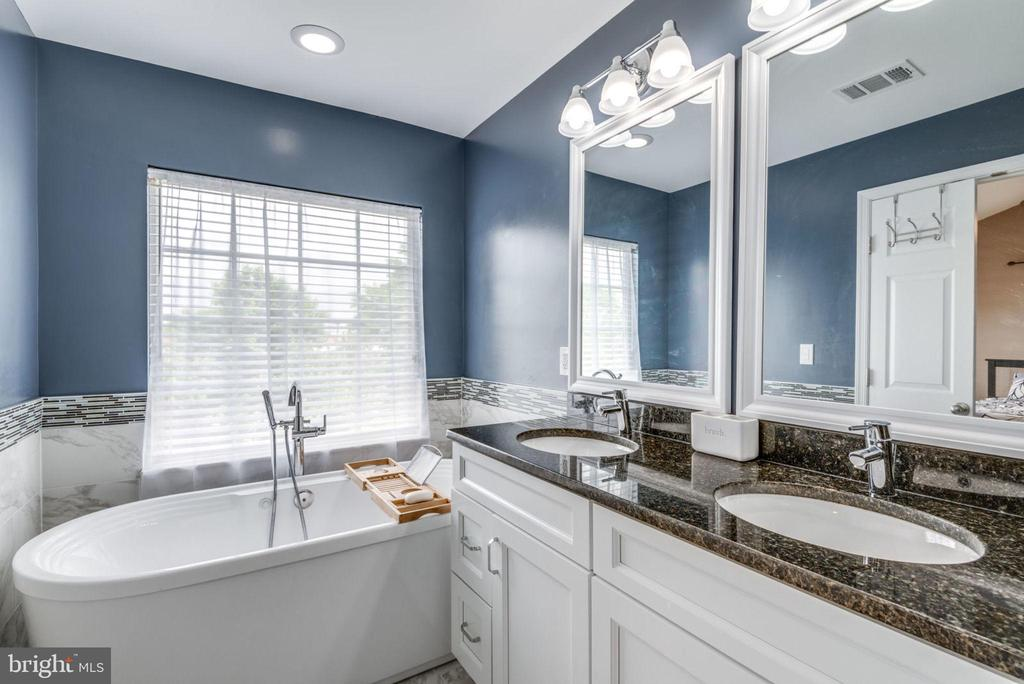 Modern Bathtub - 20980 KITTANNING LN, ASHBURN