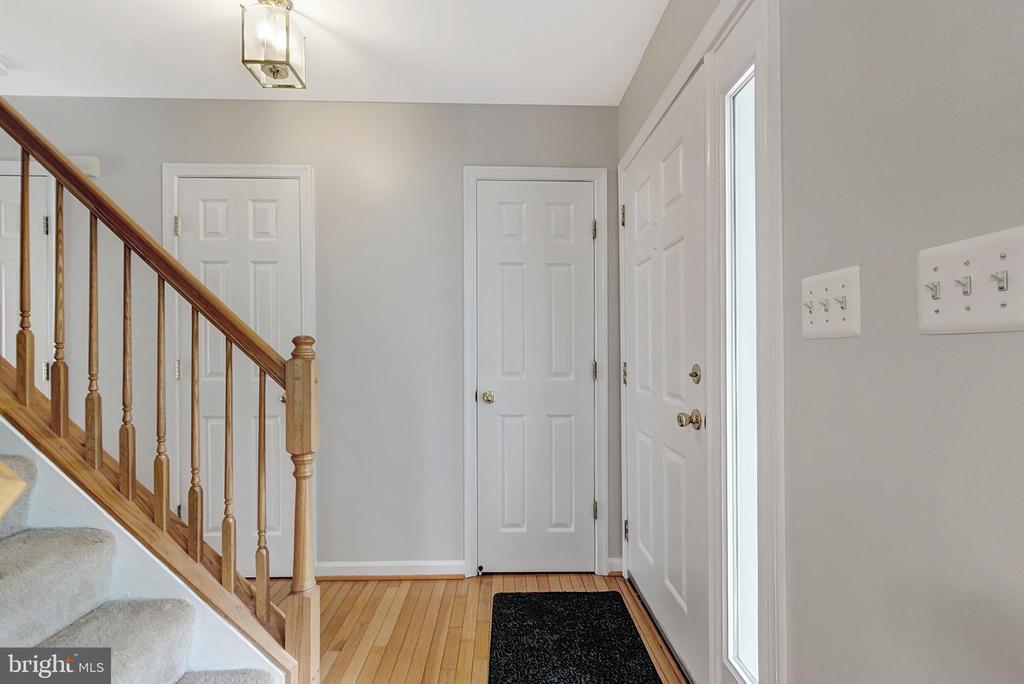 Front entrance hallway - 1001 MONTGOMERY ST, LAUREL