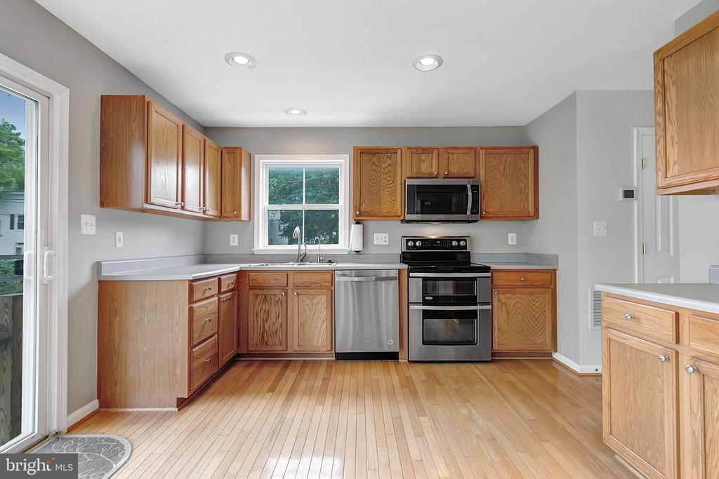 Wood flooring, updated appliances - 1001 MONTGOMERY ST, LAUREL