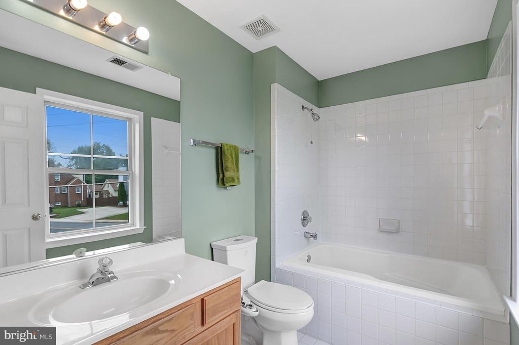 Owner's bath with relaxing tub - 1001 MONTGOMERY ST, LAUREL