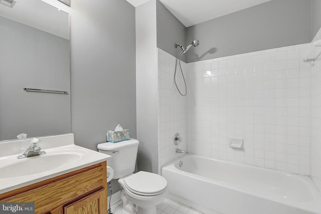Second floor hall bath with tub - 1001 MONTGOMERY ST, LAUREL