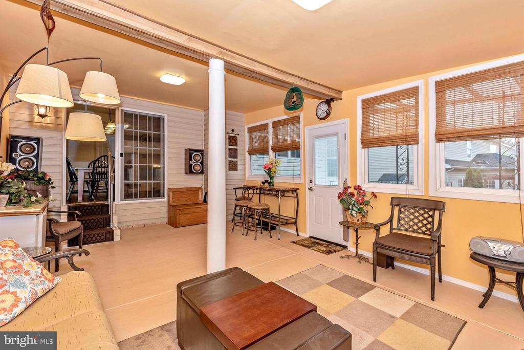 All season room, light and bright - 1808 GREYSENS FERRY CT, POINT OF ROCKS