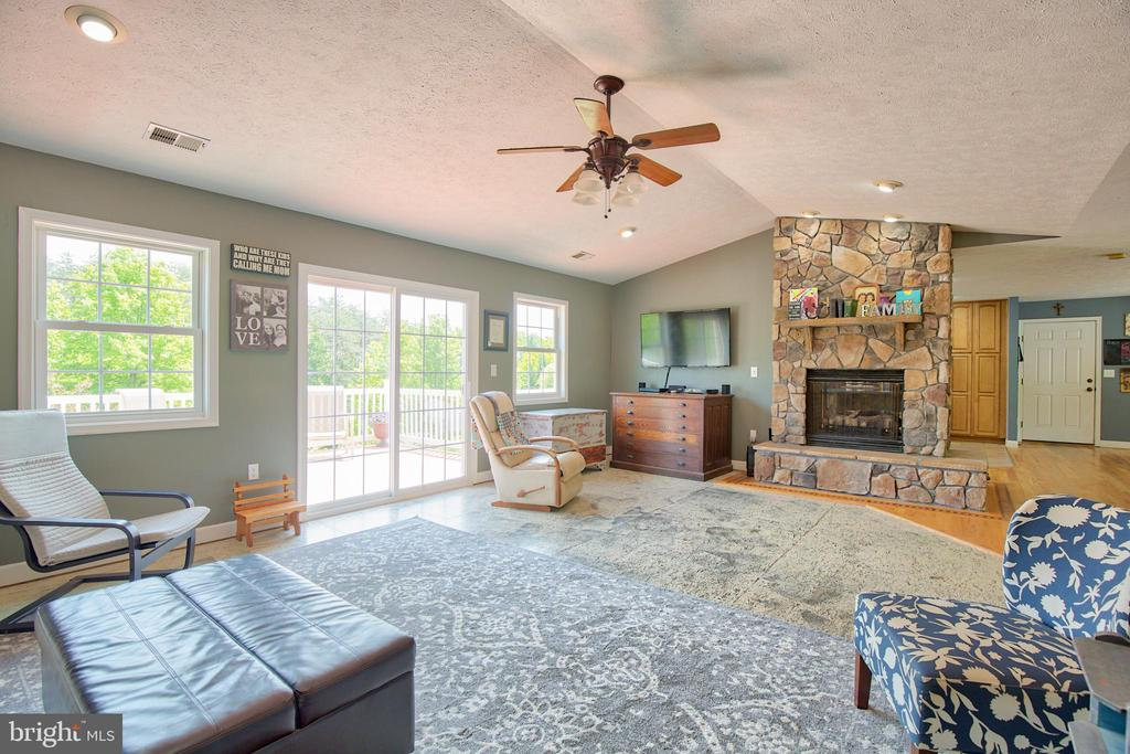 Large Living/Family Room w/vaulted ceiling - 87 LONESOME FLATS RD, FRONT ROYAL