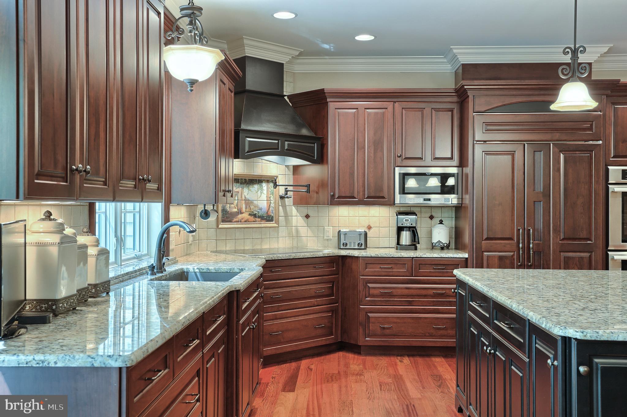 18x20 kitchen w oversized island/breakfast bar~