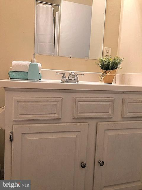 Main floor bath - 5508 ELDER ST, FREDERICKSBURG