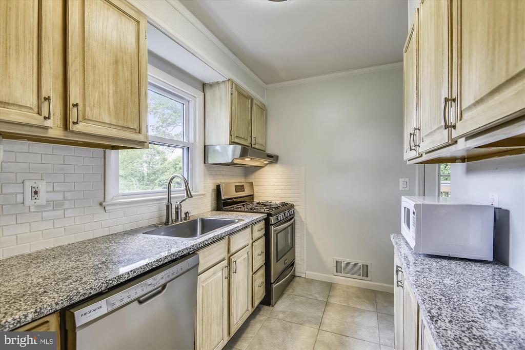 Beautiful renovated kitchen with Granite, SS, Tile - 32 N FRENCH ST, ALEXANDRIA