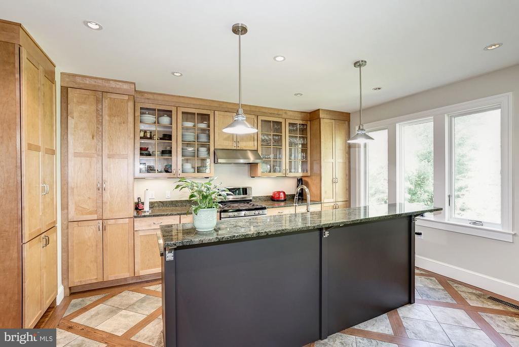 Kitchen with seating at kitchen bar - 4423 SPRINGDALE ST NW, WASHINGTON