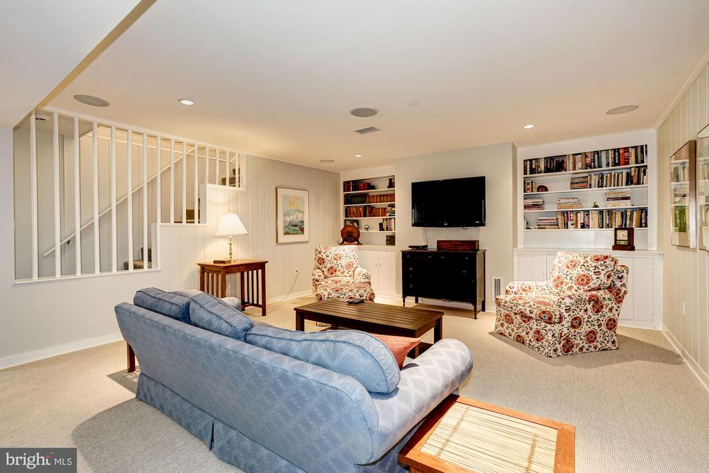 Built in book cases - 4423 SPRINGDALE ST NW, WASHINGTON
